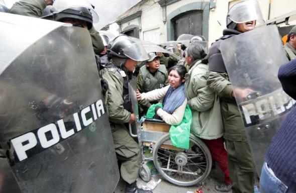 Mujer con discapacidad en silla de ruedas retenida por la policía