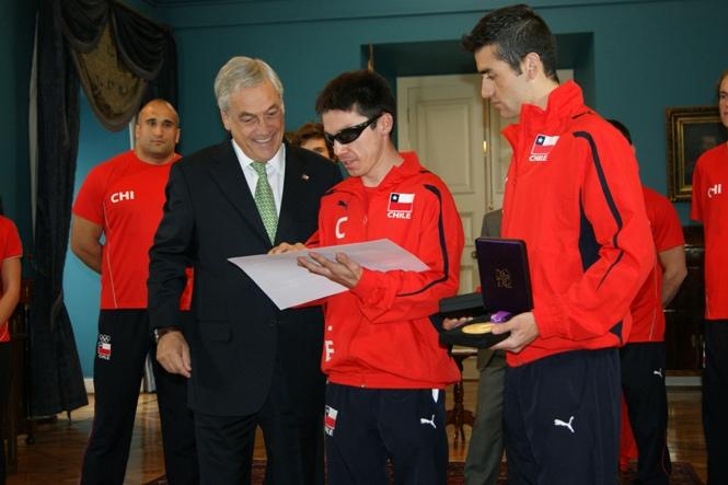 Presidente Piñera entrega distinción a Cristian Valenzuela - Crédito: Senadis