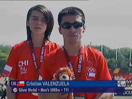 Cristian Valenzuela tras recibir su medalla de plata en el Mundial de Atletismo Paralímpico de Lyon 2013.
