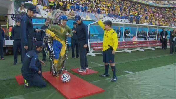 Joven con exoesqueleto en Mundial de Fútbol Brasil 2014 - Fuente: @angelsaavedra_c