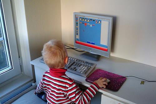 Niño usando un computador / Fuente: Flickr Jaro Larnos