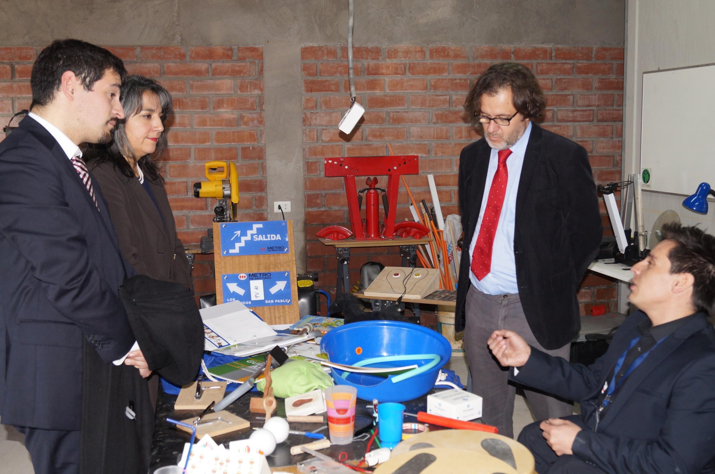 Ministra Villegas y Director Nacional del Senadis conversando con representantes de Cetram en uno de sus talleres / Fuente: Senadis.