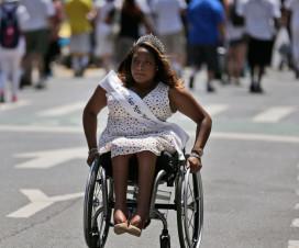 Participante usuaria de silla de ruedas de la Disability Pride Parade realizada en Nueva York - Fuente: Poynter.org