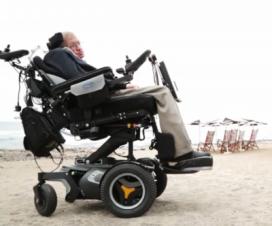 Stephen Hawking en la playa de Tenerife, España - Crédito: Diario El País.