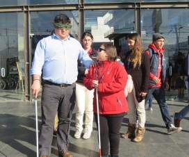 Personas en ejercicio de caminar con ojos vendados - DOUC UC