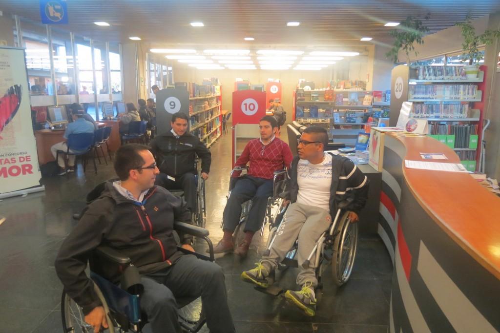 Personas en ejercicio de movilizarse en una silla de ruedas - DOUC UC