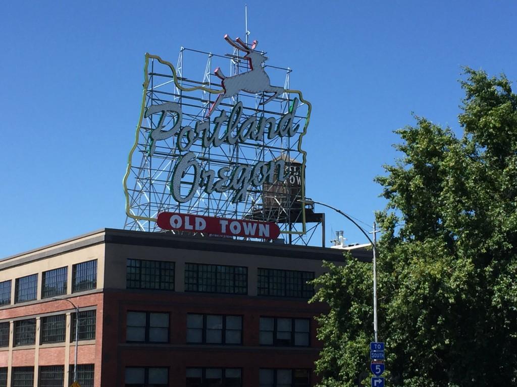 """Letrero """"Portland, Oregon"""" con un ciervo"""