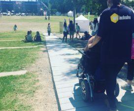 Persona en silla de ruedas transitando por un camino accesible en FIIS