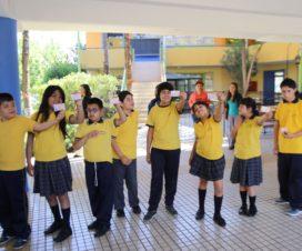 Niños y niñas mostrando sus TNE con el sello - Fuente: Twitter @EquipoJunaeb
