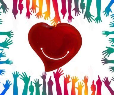 Corazón con una sonrisa rodeado de manos / Fuente: Neuvoo
