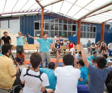 Personas participando en taller de Estimulación Sonora - Fuente: NAVE