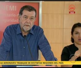 Subsecretario Aleuy dando conferencia de prensa por incendios forestales acompañado por intérprete de lengua señas, quien se ve sólo la mitad - Fuente: Pantallazo @24horastvn