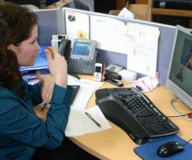 Persona sorda trabajando - Fuente: Simple Wikipedia
