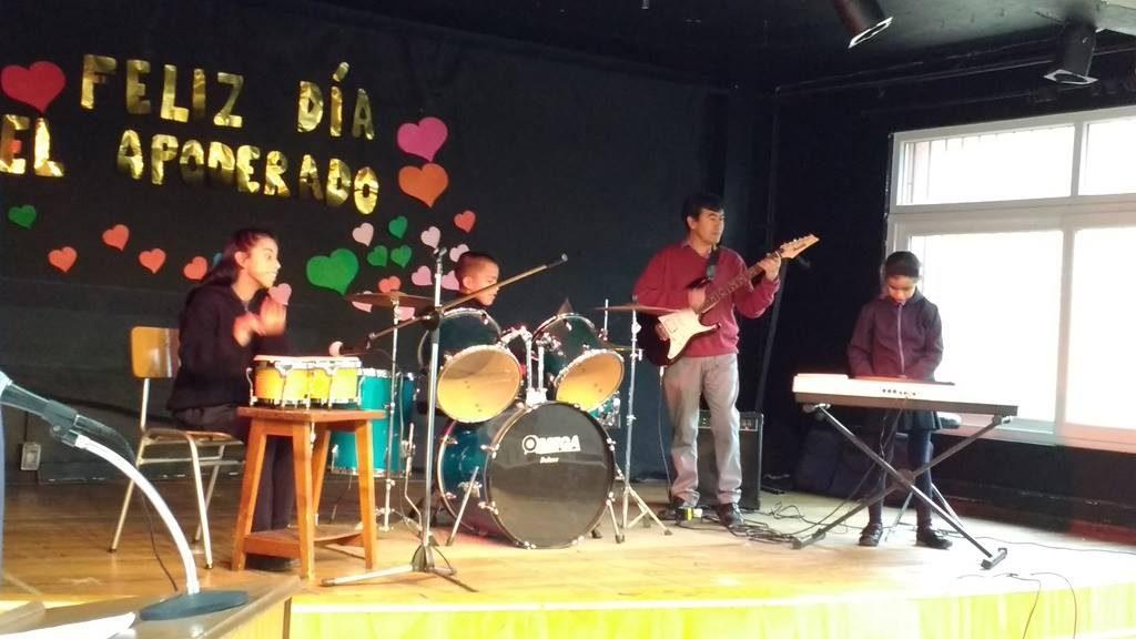 Banda de estudiantes tocando en acto escolar