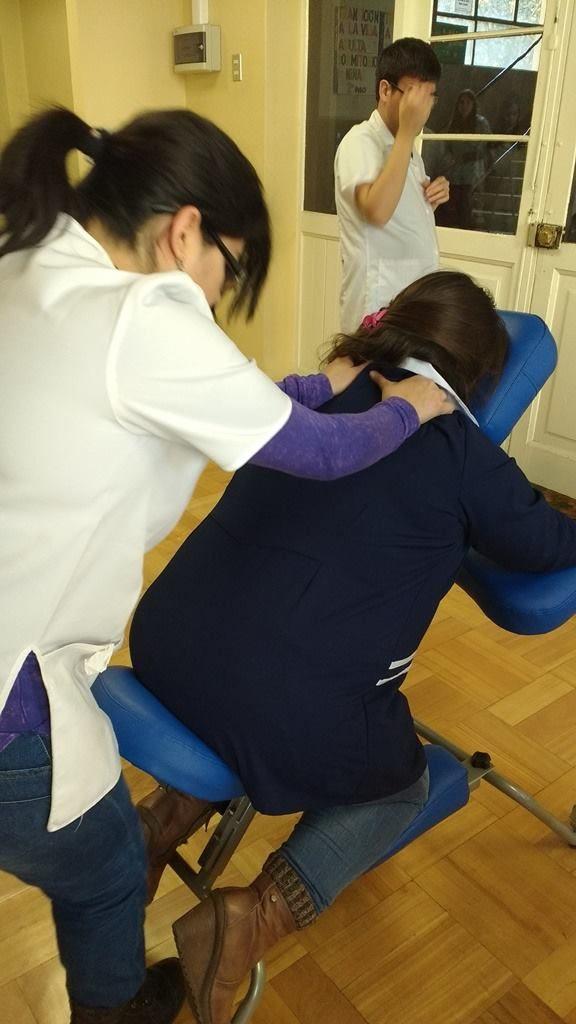 Estudiante en clase de masoterapia