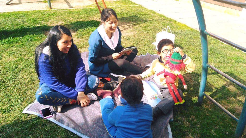 Profesoras junto a estudiantes en el patio del colegio