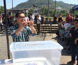 Joven con síndrome de Down ejerciendo su derecho a voto