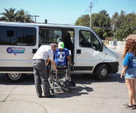 Fotografía de van de acercamiento trasladando a un joven con discapacidad - Fuente: Lotus