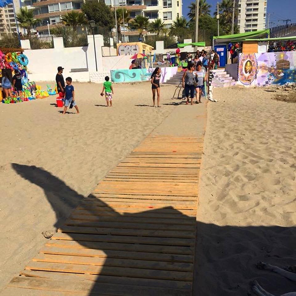 Camino de madera sobre la arena