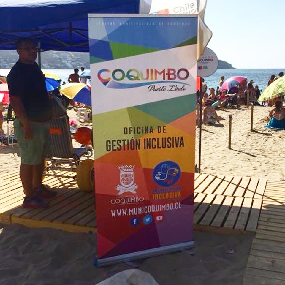 Pendón de la Oficina de Gestión Inclusiva de la Municipalidad de Coquimbo en la playa