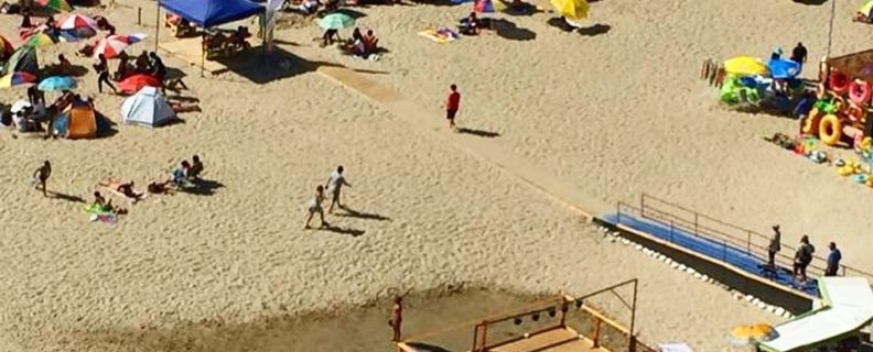 Vista general de la playa donde se aprecia rampa y camino sobre la arena