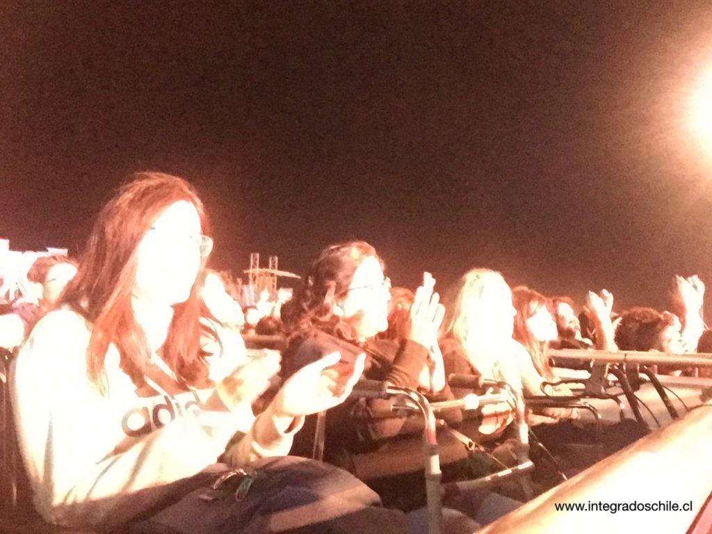 Personas disfrutando el show desde la plataforma inclusiva - Fuente: www.integradoschile.cl