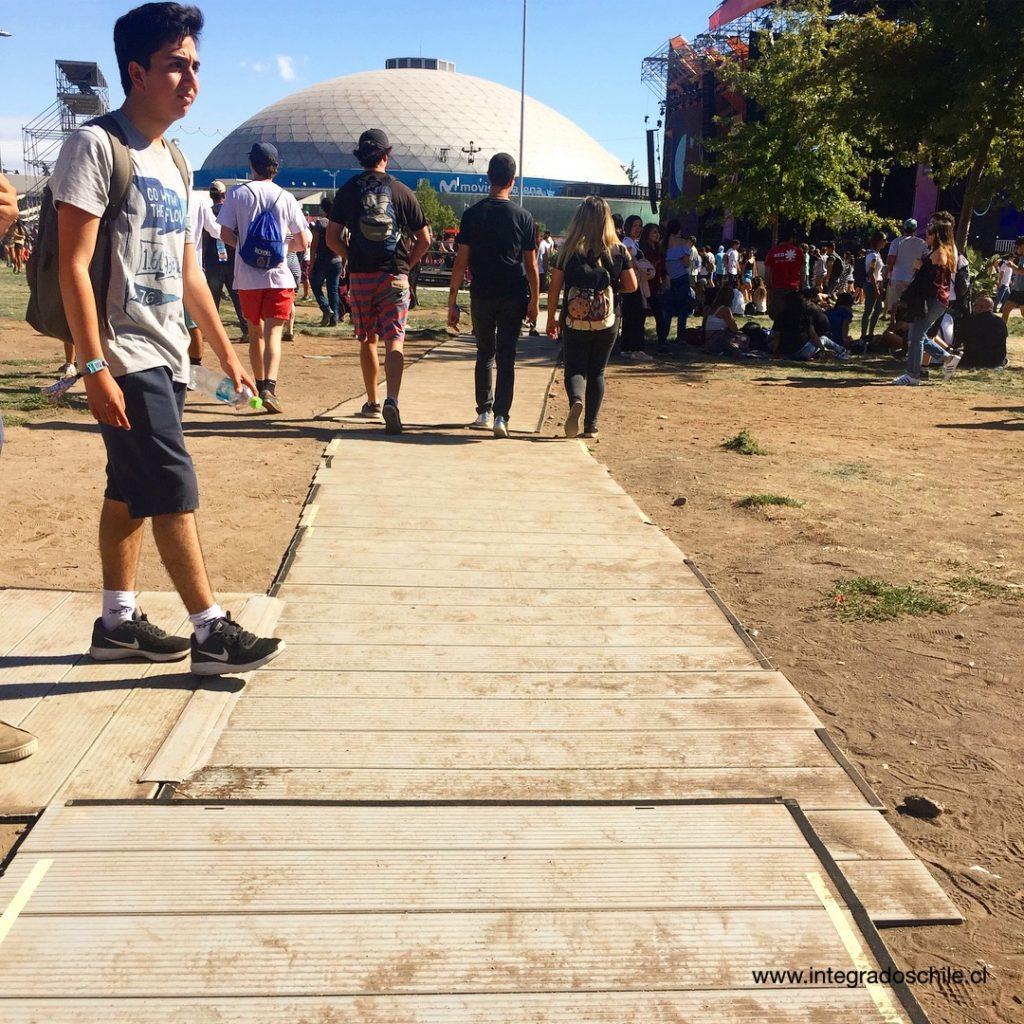 Ruta inclusiva con tierra y ya no tan derecha luego de un día de festival - Fuente: www.integradoschile.cl