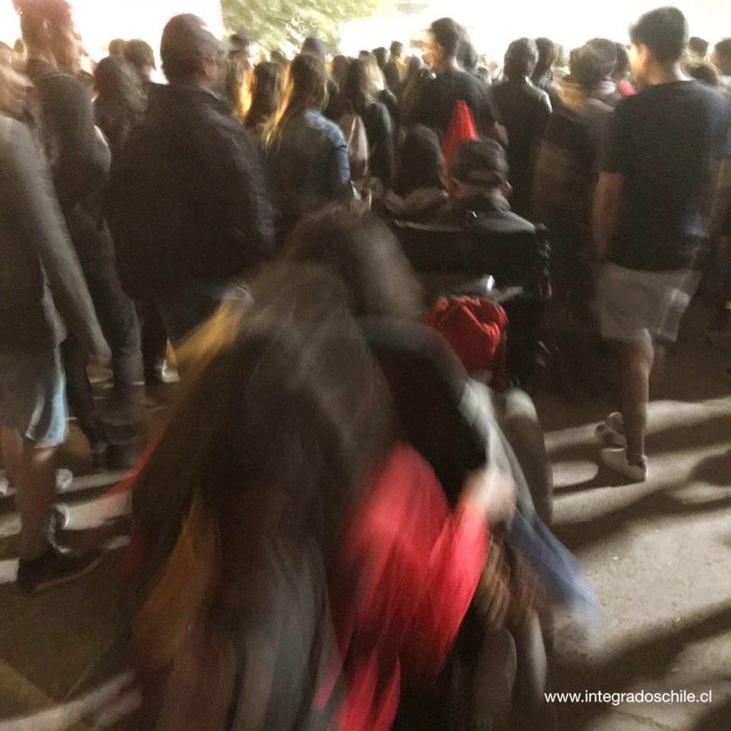 Salida al final da cada día, en un tren de sillas de ruedas entre medio de las miles de personas - Fuente: www.integradoschile.cl