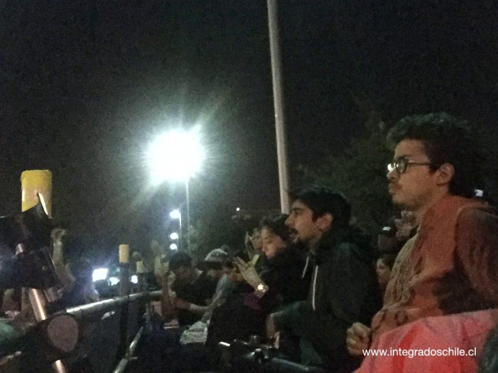 Personas sentadas disfrutando el show desde la plataforma inclusiva - Fuente: www.integradoschile.cl