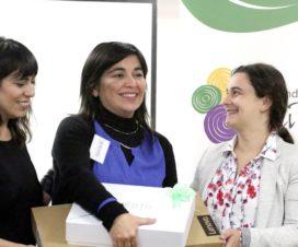 Representantes de Mis Talentos y Lenovo entregan premio a profesora de Los Ángeles