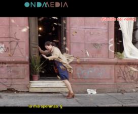 """Captura de pantalla de película """"Una Mujer Fantástica"""" donde se ve a la protagonista y aparecen los subtítulos."""
