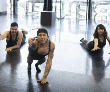 Tres bailarines en ensayo de Residencia Inclusiva en GAM