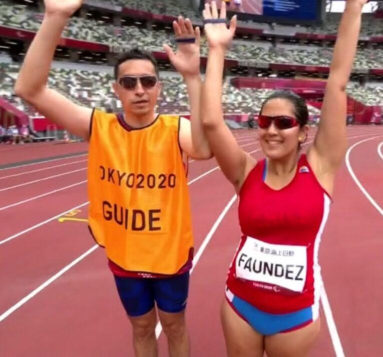 Margarita Faúndez y su guía con sus brazos en alto previo al inicio de su competencia.